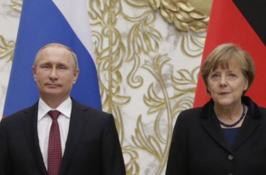 Wladimir Putin und Angela Merkel sind  ziemlich auf Abstand. Foto: dpa