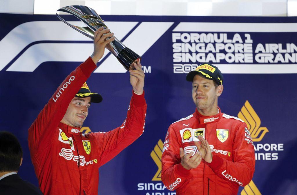 Zwischen den Ferrari-Piloten Charles Leclercc (li.) und Sebastian Vettel geht es nicht immer harmonisch zu. Foto: AP/Vincent Thian