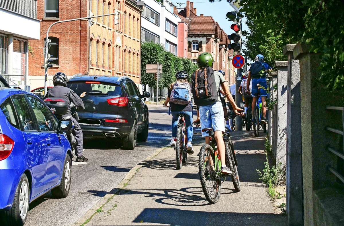 Ein alltäglicher Anblick: Radfahrende Schüler auf dem Gehweg in der Martin-Luther-Straße Foto: factum/Simon Granville
