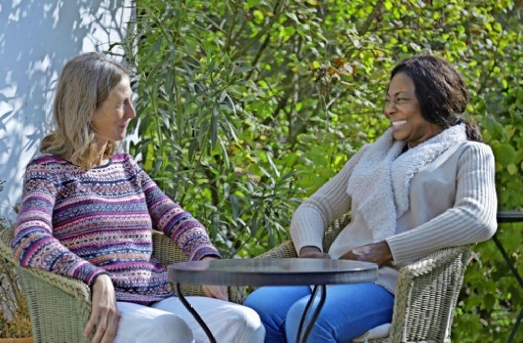 Juliet (rechts) erzählt ihrer Mitbewohnerin Ulrike Storz gern aus ihrer Heimat – auch wenn es nicht immer einfach ist. Foto: Liviana Jansen