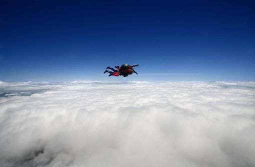 Fallschirmlehrer stirbt bei Tandemsprung –  Passagier gerettet