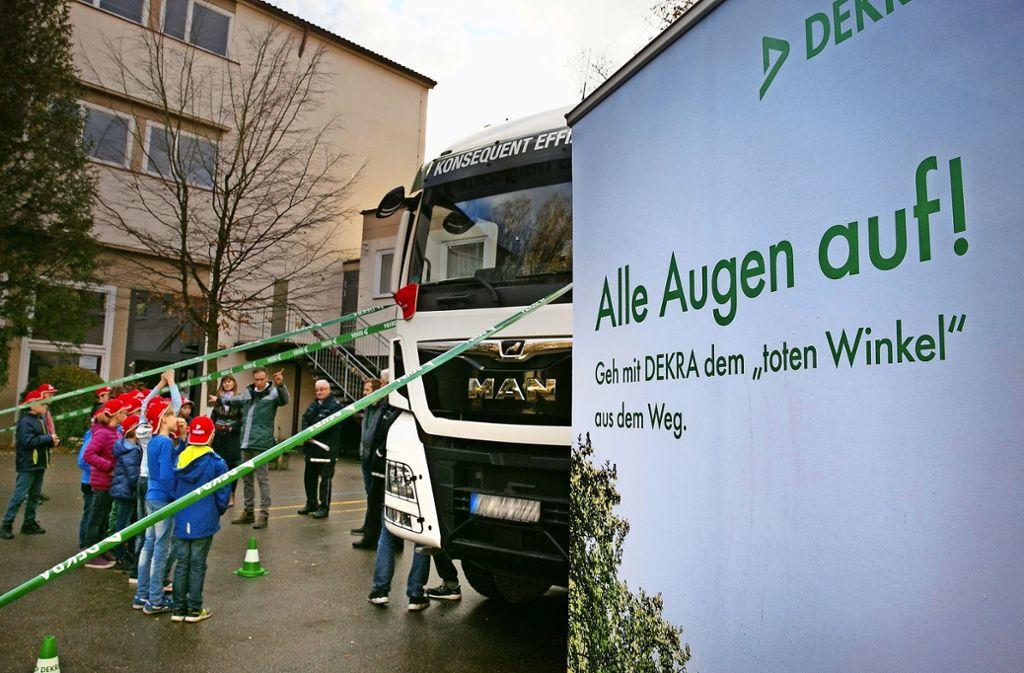 Mit grünen Bändern werden die Sichtachsen des Lastwagenfahrers simuliert. Foto: Ines Rudel