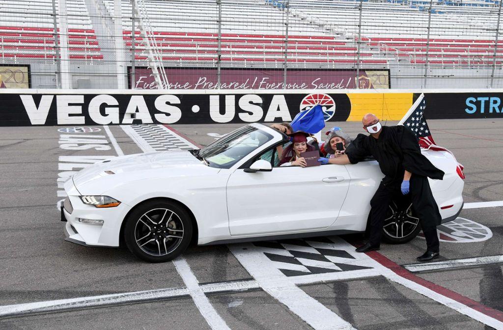 In Las Vegas erhielten einige Schüler ihre Abschlusszeugnisse auf einer Rennstrecke. Foto: AFP/Ethan Miller