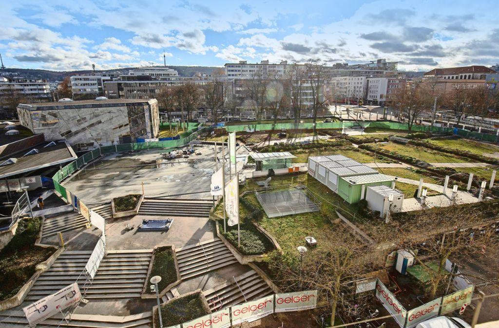 Der Platz vor der Liederhalle ist von einem Bauzaun umgeben, die  Verbindung zwischen Konzerthaus und Stadtbahnhaltestelle durch den Park ist gekappt. Foto: Leif Piechowski