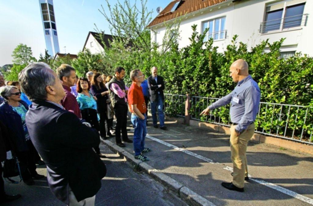 Erwin Adler zeigt Risse auf der Straße, die sich in den Häusern Foto: factum/Bach