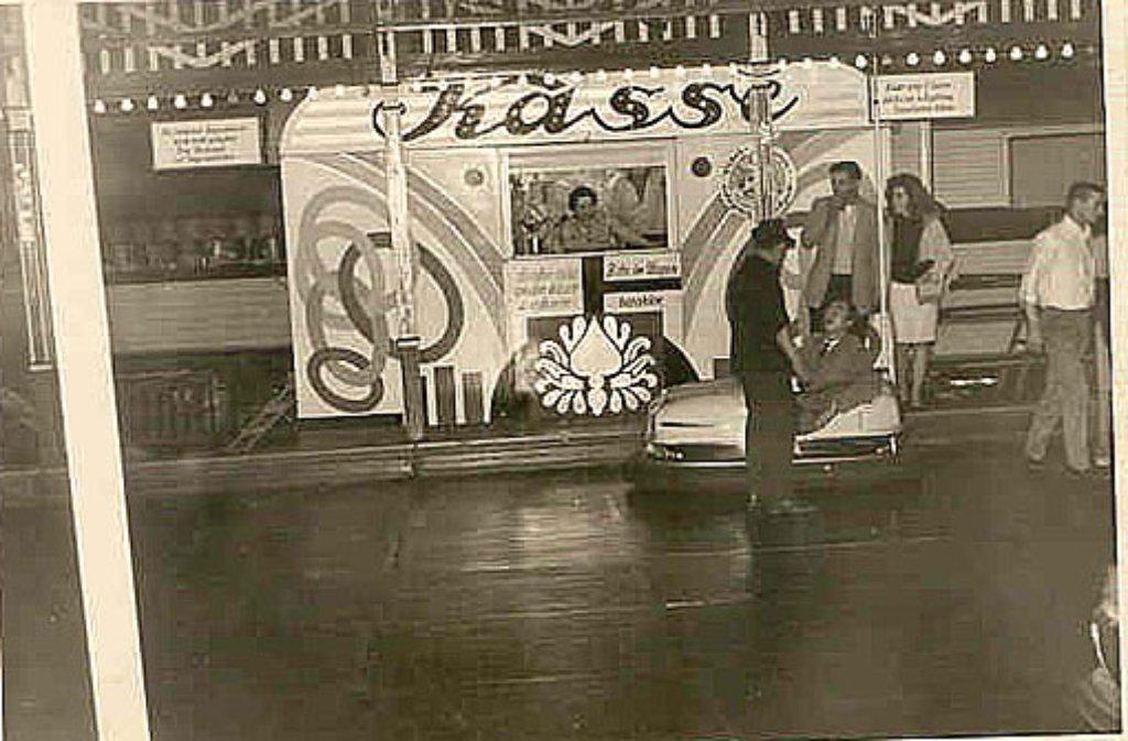 die aufnahme zeigt einen autoscooter auf dem wasen im jahr 1959 betreiber volker weber hat. Black Bedroom Furniture Sets. Home Design Ideas