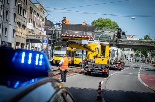 Stadtbahn U2 wird von heruntergerissenem Seil beschädigt