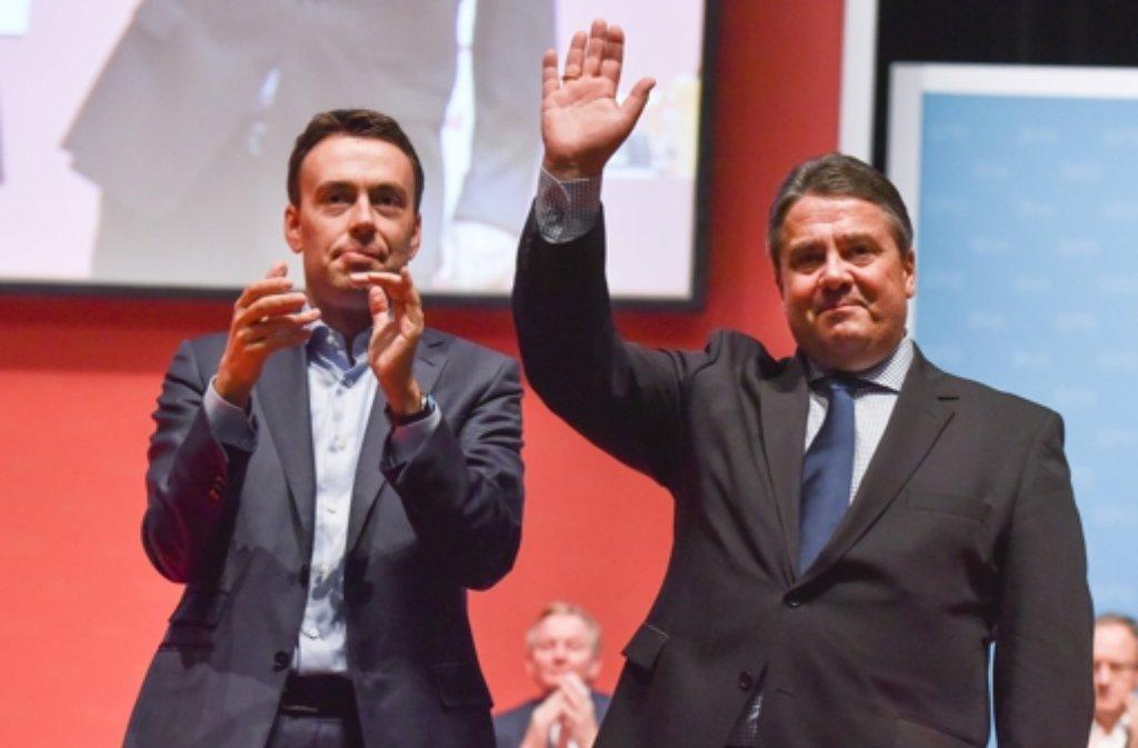 Der SPD-Bundesvorsitzende Sigmar Gabriel (rechts) und der baden-württembergische Landesvorsitzende Nils Schmid beim Landesparteitag der baden-württembergischen SPD in Mannheim. Foto: dpa