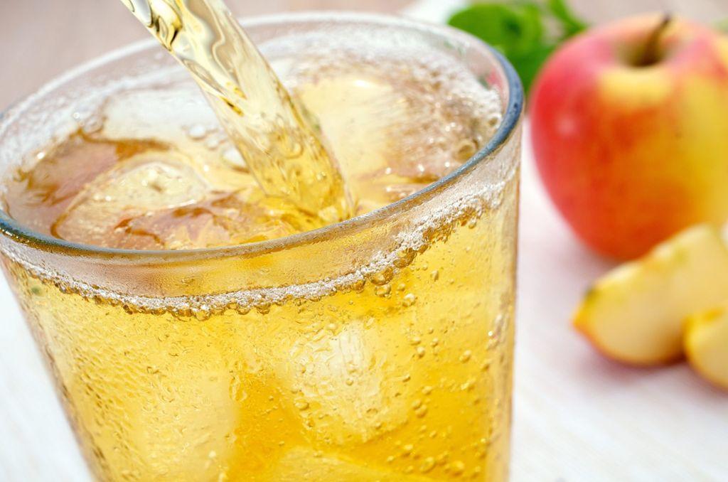 Auch bei der Arbeit gilt: Viel trinken. Der Flüssigkeitsverlust ist an heißen Tagen besonders hoch. Der Körper braucht dann bis zu fünf Liter Flüssigkeit am Tag. Am besten eignen sich nicht zu kalte Obst- oder Gemüsesaftschorle, die man bequem zu Hause vorbereiten kann. Foto: AdobeStock