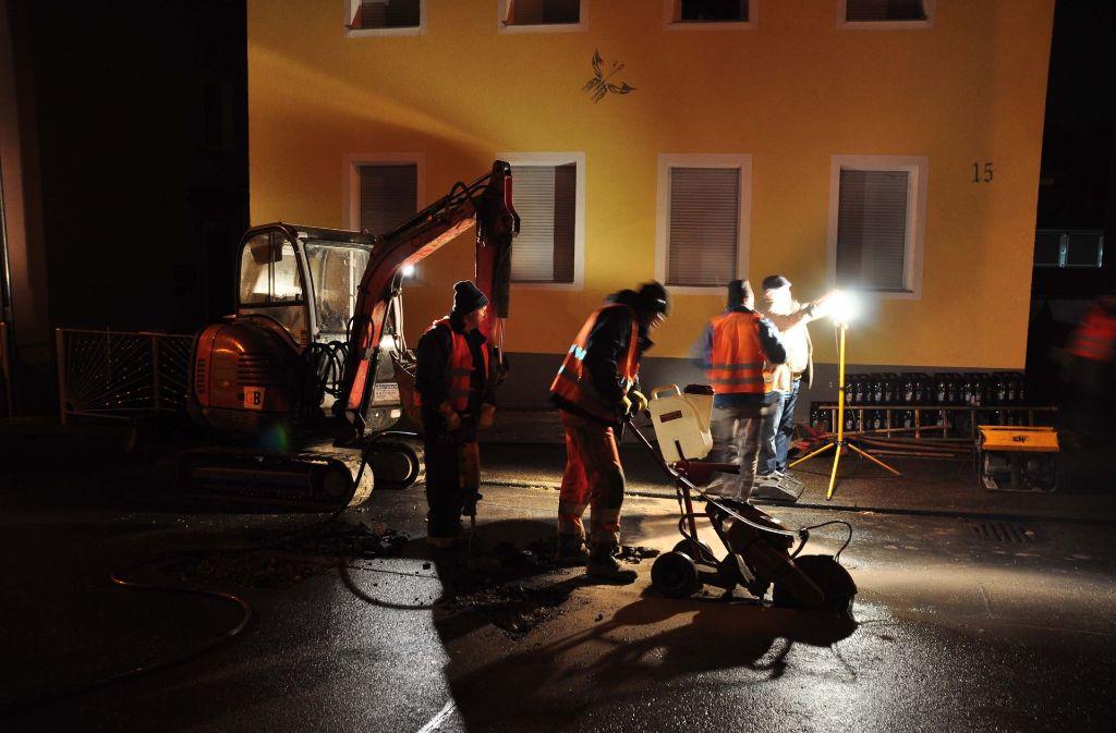 In der Straße Am Klosterhof in Stuttgart-Münster musste nach einem Wasserrohrbruch die Straße aufgegraben werden. Foto: Andreas Rosar Fotoagentur-Stuttgart