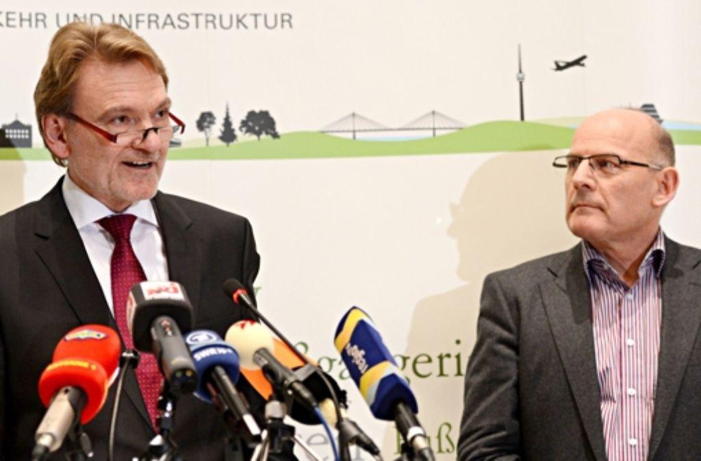 Sollten sich die Bahn (links Vorstandsmitglied Volker Kefer) und das Land (rechts Verkehrsminister Winfried Hermann) vor Gericht begegnen, dann hätte das Schienenunternehmen kaum eine Chance, sagt der Verkehrsminister. Foto: dpa