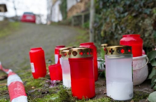 Kerzen stehen am Montag in Eberbach am Tatort an der Auffahrt des Hauses. Der Doppelmord an einem Ehepaar vergangene Woche geht auf das Konto des früheren Lebensgefährten der getöteten Ehefrau. Der Mann habe sich nach der Tat das Leben genommen, so die Polizei. Foto: dpa