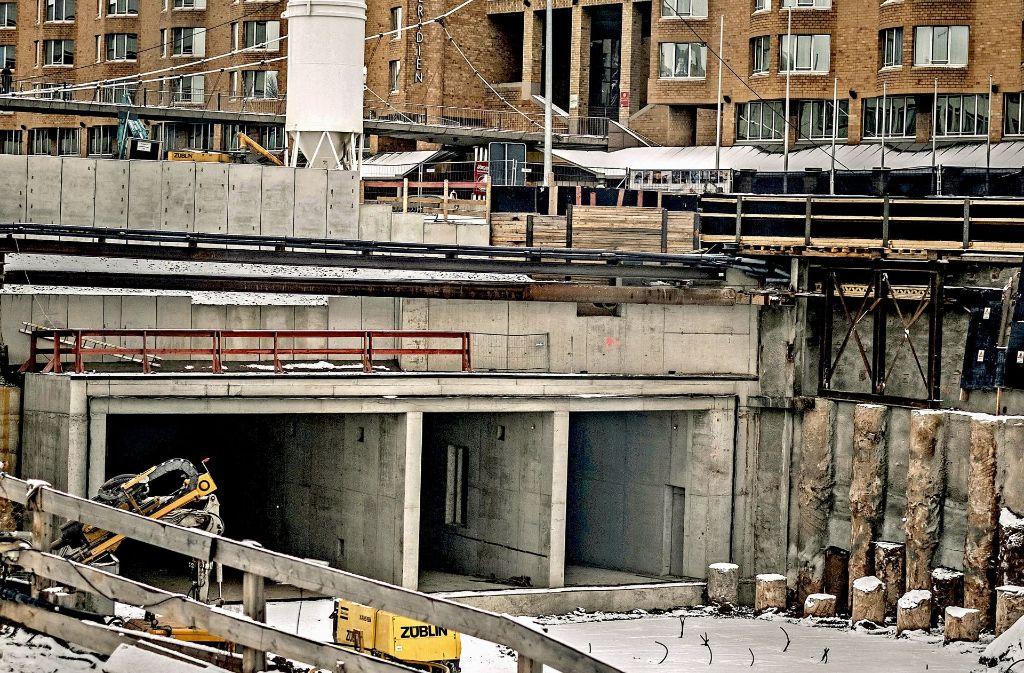 Auch wenn schon erste Tunnelteile zu erkennen sind, hinkt die Stadtbahnbaustelle an der Staatsgalerie dem Terminplan hinterher. Foto: Lichtgut/Max Kovalenko