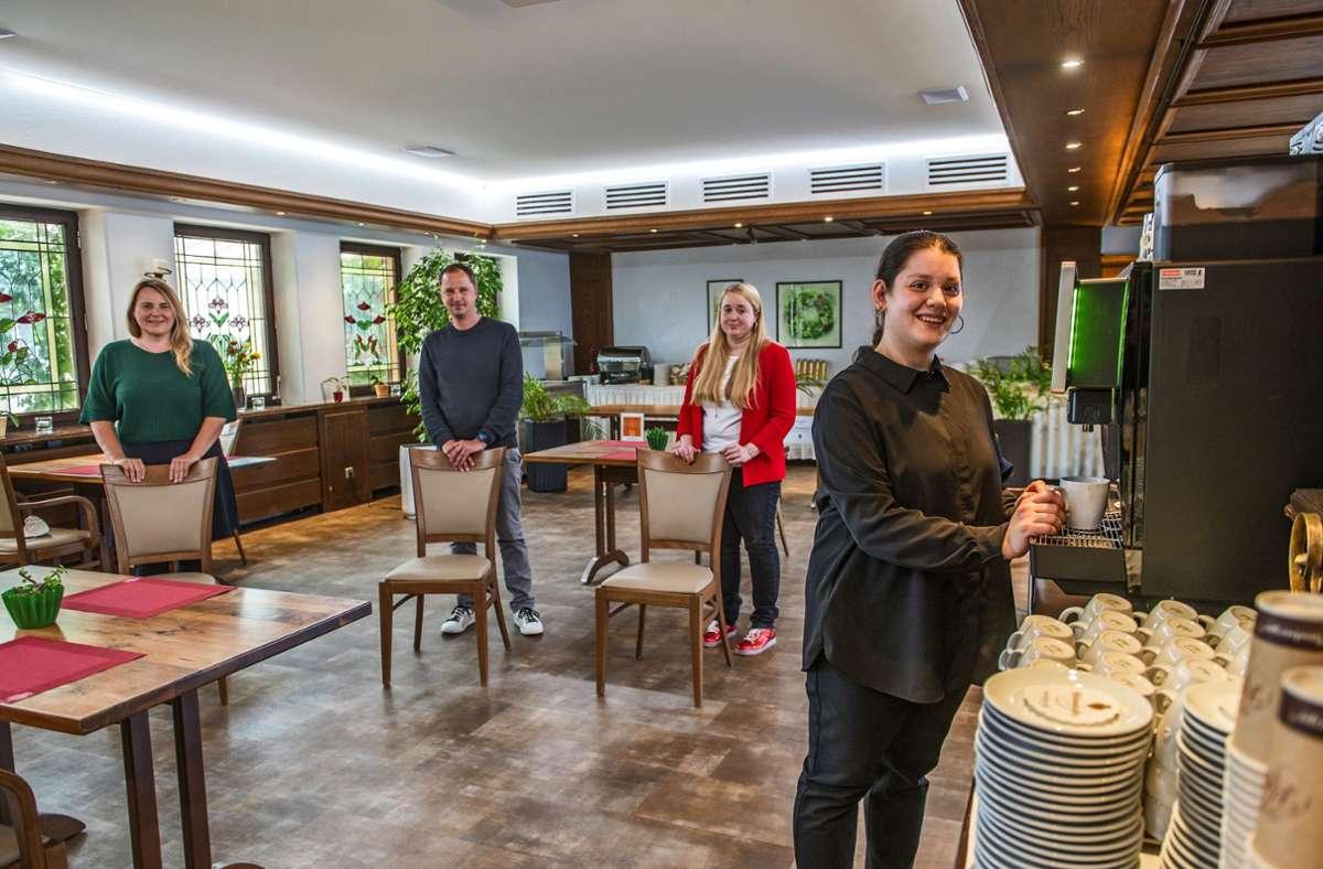 Meliha Sabuncuo (rechts) hat den Sprung in den ersten Arbeitsmarkt geschafft. Mit ihr freuen sich Stefanie Nitschke vom Haus Lindenhof, Hotelinhaber Thomas Heer und Verena Weiler vom Integrationsfachdienst (von links). Foto: Giacinto Carlucci