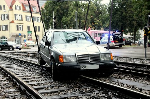 Auto fährt auf Stadtbahn-Gleise