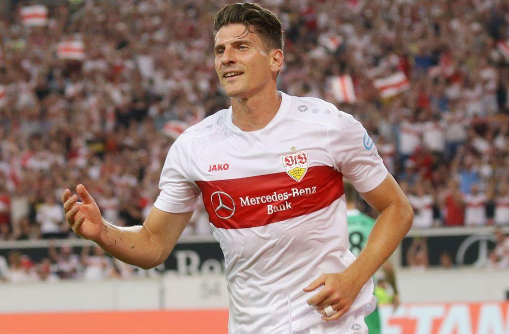 Beim Torjubel von Mario Gomez war der mit Tape abgeklebte Ehering noch mit dabei – kurz danach musste ihn der Stürmer des VfB Stuttgart ablegen. Foto: Baumann