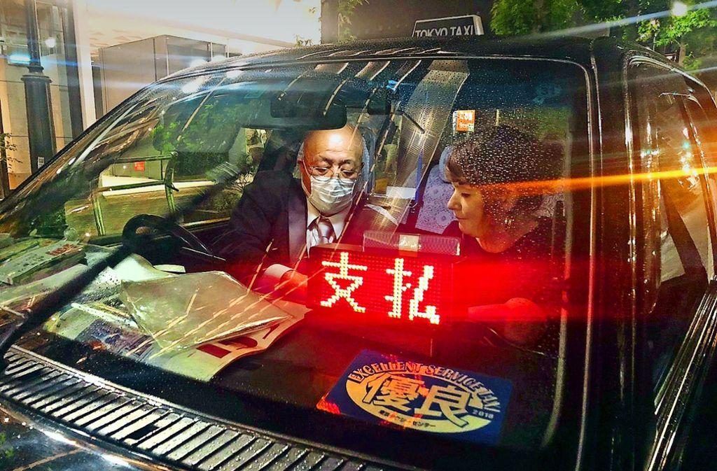 Senior am Steuer: der 90-jährige Taxifahrer Iwao Kamiyama. Foto: Felix Lill