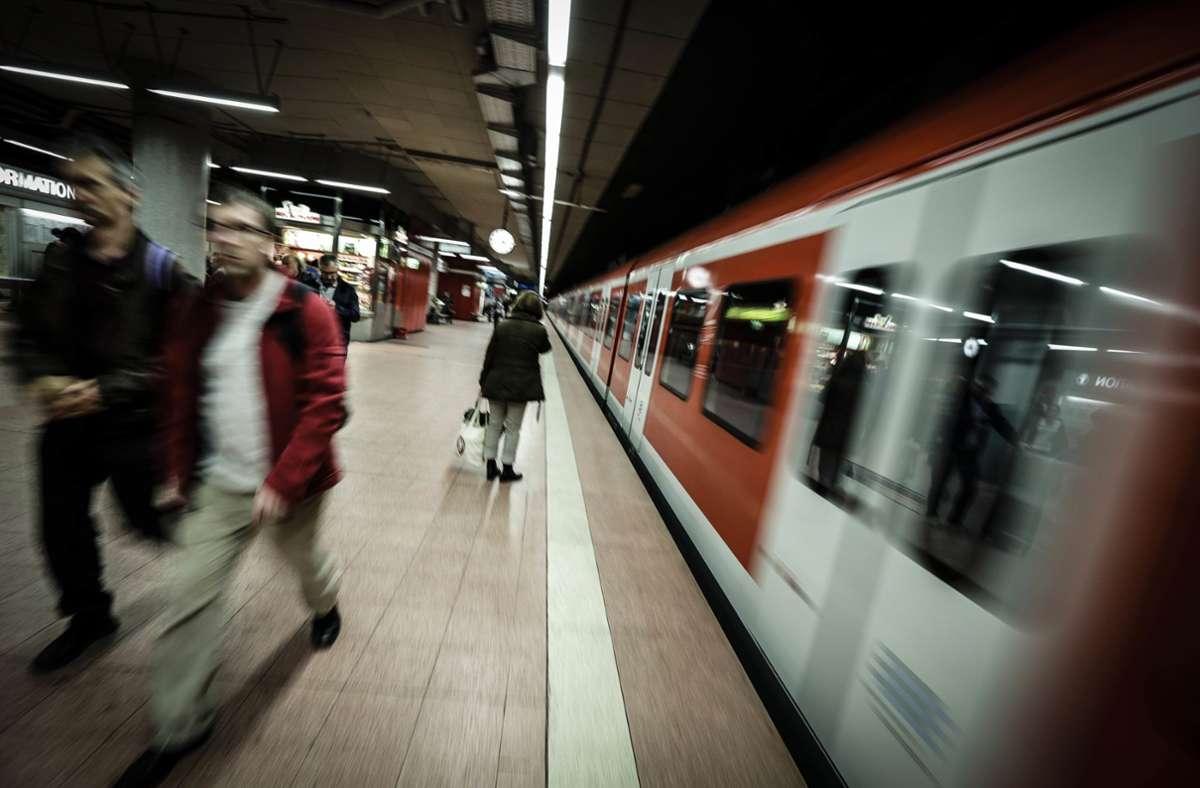 Die Tat geschah in einer S-Bahn der Linie S1. (Symbolbild) Foto: Leif Piechowski /PPfotodesignJunge Frau unsittlich berührt – Polizei sucht Zeugen