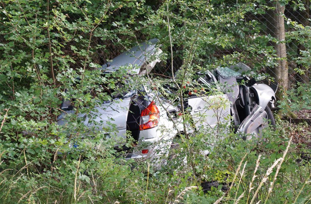Die 72-jährige Fahrerin prallte mit ihrem Auto gegen einen Baum. Foto: SDMG