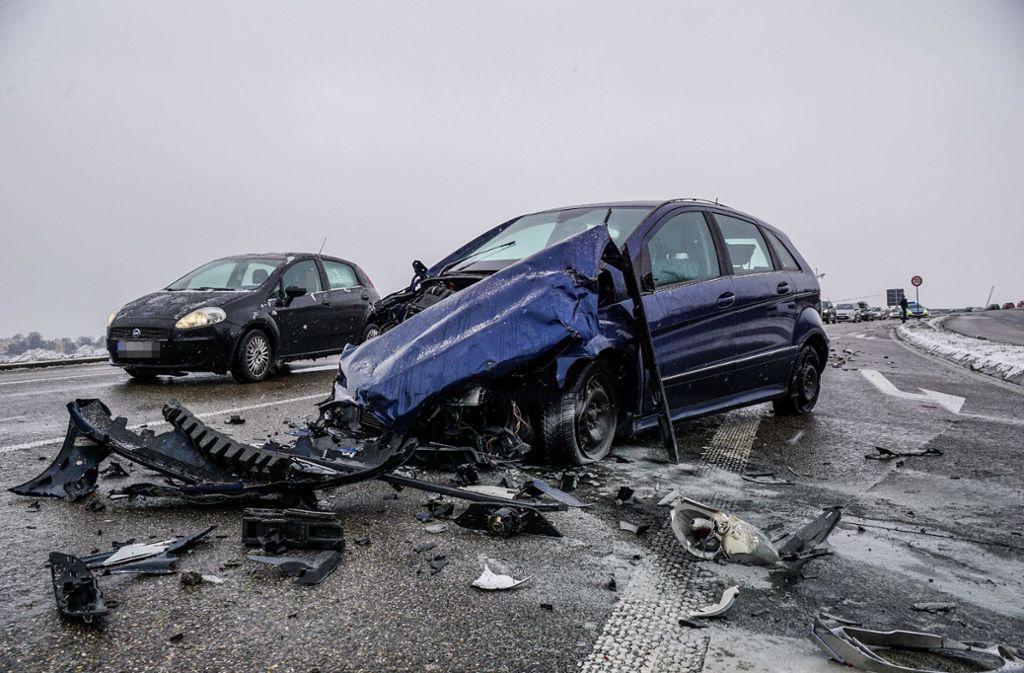 Ein Senior hat auf der B 313 einen heftigen Verkehrsunfall verursacht. Foto: SDMG