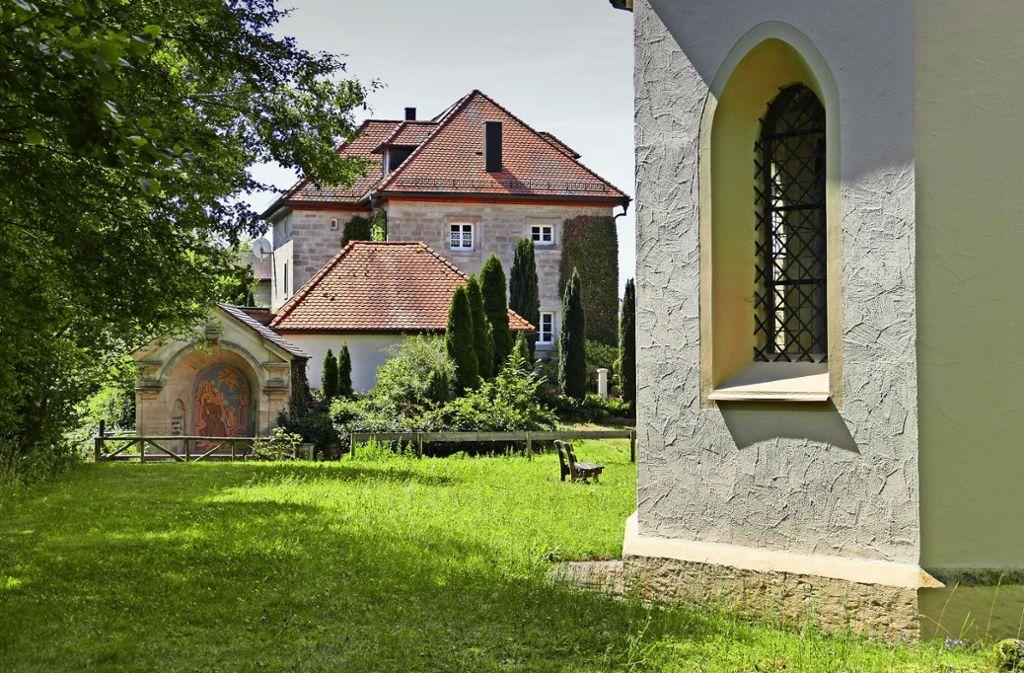 Es kursieren Gerüchte, wonach die Münzen auf dem Gelände rund um die Ellwanger Eichkapelle (rechts) und die nahe Quelle (links)  gefunden worden sein könnten. Bestätigt werden sie nicht. Foto: Torsten Schöll