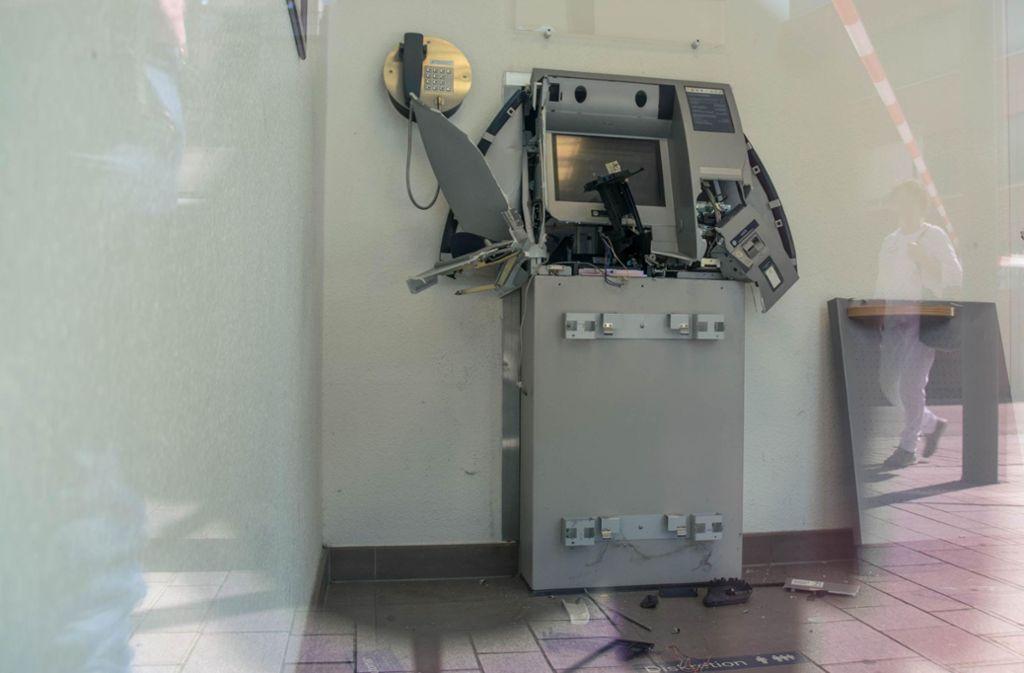 Die Bank-Einbrecher haben den Bankautomaten gesprengt – der aber gab dadurch kein Geld frei. Foto: 7aktuell.de/Nils Reeh