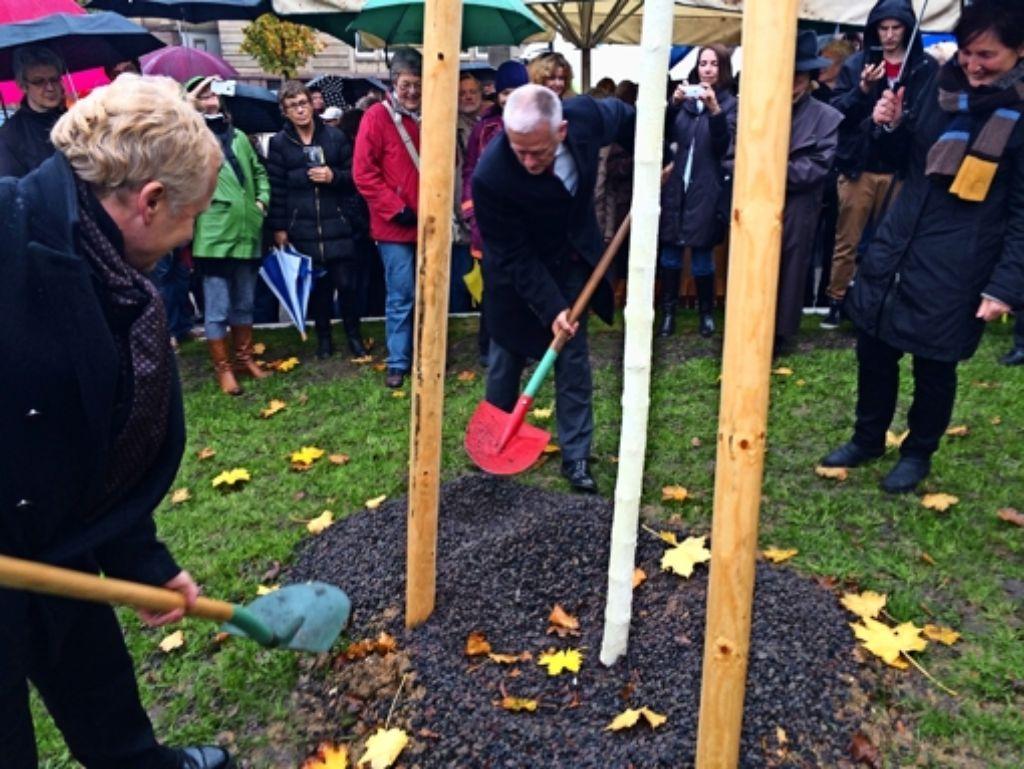 Volker Schirner und Fritz Kuhn pflanzen symbolisch einen Baum an der neuen Gedenkstätte. Foto: Nina Ayerle