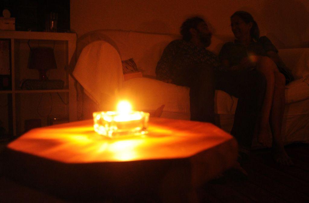 Die Bewohner in der Innenstadt von Plochingen mussten sich am Donnerstagabend mit alternativen Lichtquellen behelfen. (Symbolfoto) Foto: dpa