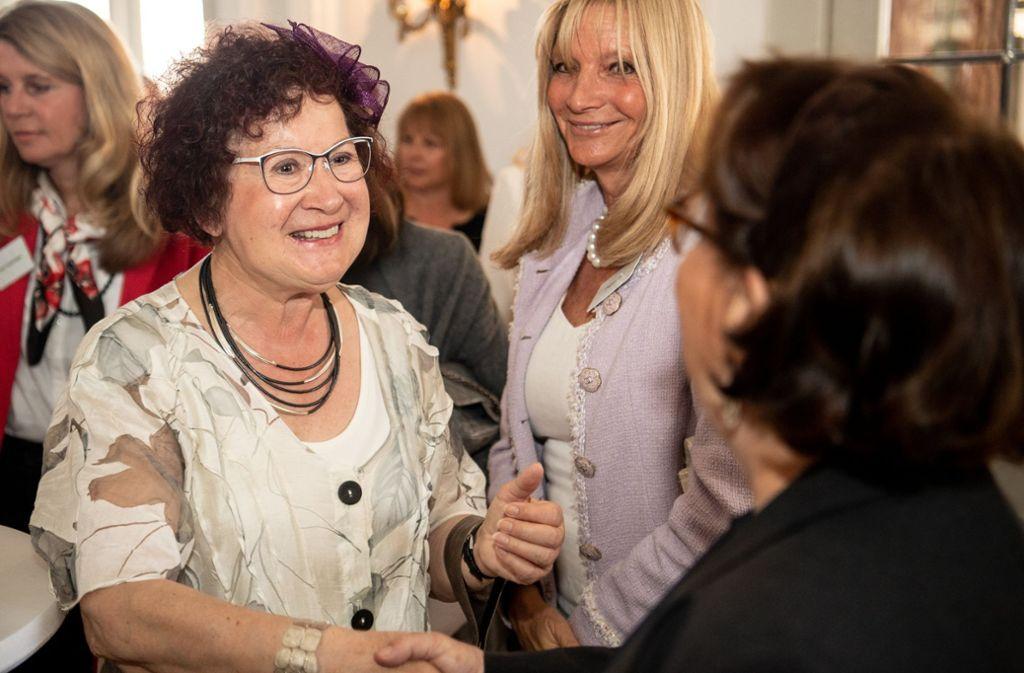 Gerlinde Kretschmann (links), Ehefrau von Ministerpräsident Winfried Kretschmann, begrüßt Gäste auf dem Frühlingsempfang im Neuen Schloss. Foto: dpa