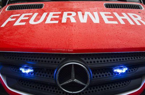 Feuer  zerstört Mercedes  und Motorrad