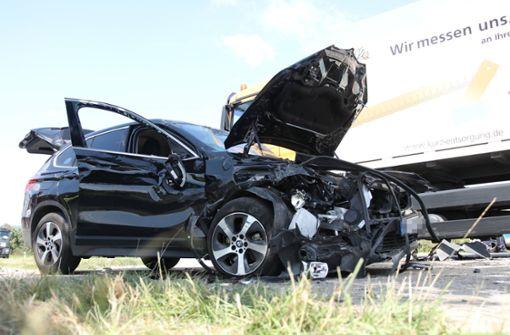BMW prallt mit Müllauto zusammen und überschlägt sich