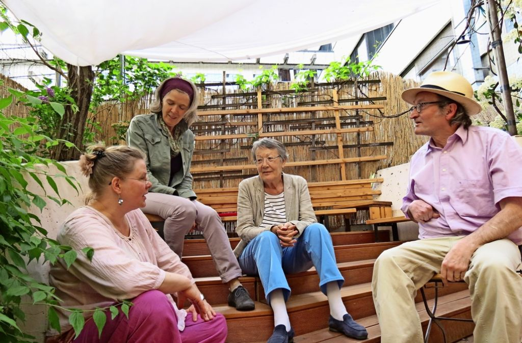 In gemütlicher Runde sitzen die Mitglieder der ersten Stuttgarter Baugemeinschaft beieinander. Foto: Judith A. Sägesser