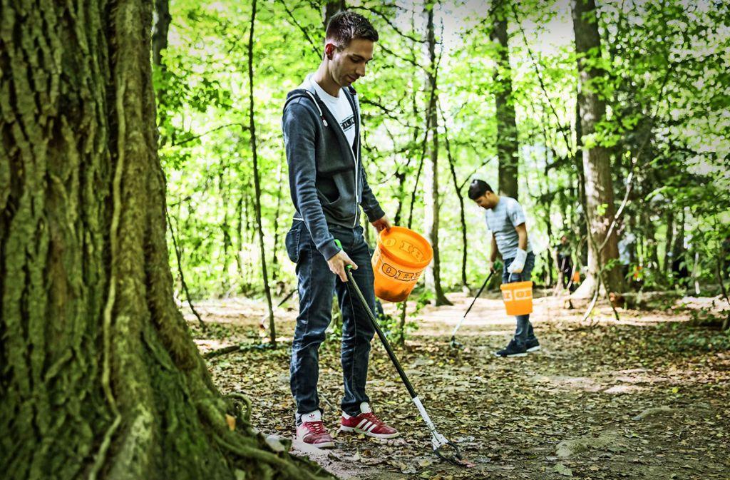 Beim Aufräumen im Wald wird viel unappetitlicher Müll gesammelt. Foto: Lichtgut/Julian Rettig