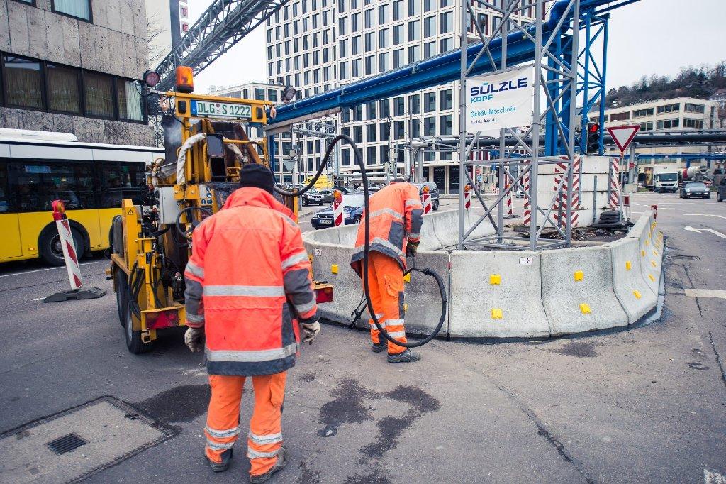 Bauarbeiter verpassen den blauen Rohren des Stuttgart-21-Grundwassermanagements einen neuen Aufprallschutz. Foto: www.7aktuell.de | Florian Gerlach