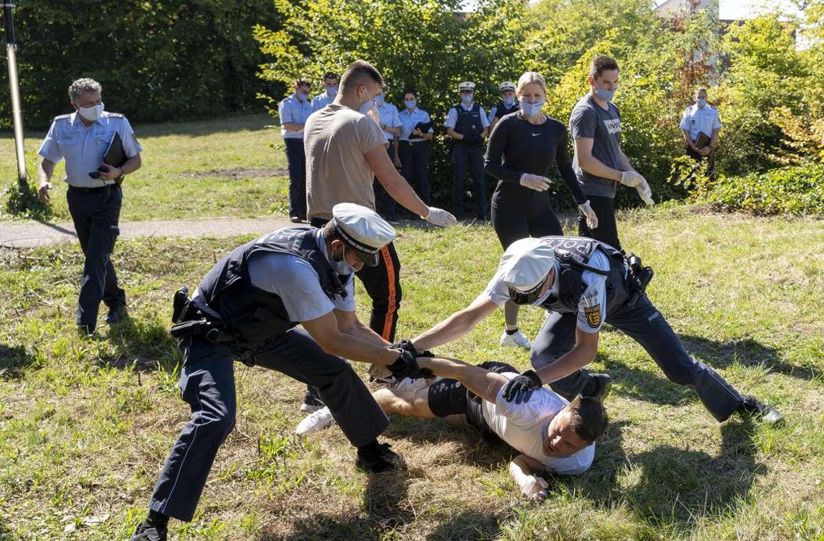 Auch der Mann auf dem Boden ist ein Polizeischüler – und mimt für die Übung einen Randalierer. Empfindlich darf er nicht sein. Seine Kollegen sind beim Training einer Festnahme nicht zimperlich. Foto: