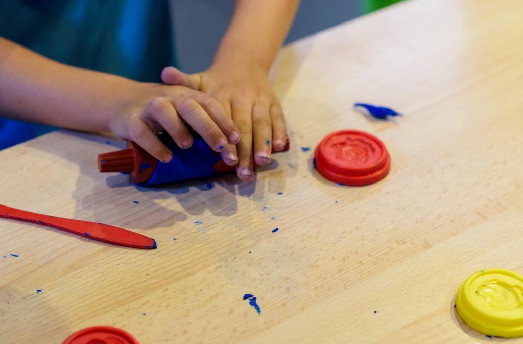 Mit diesen Tricks entfernen Sie Knetflecken. Foto: JCDH / shutterstock.com