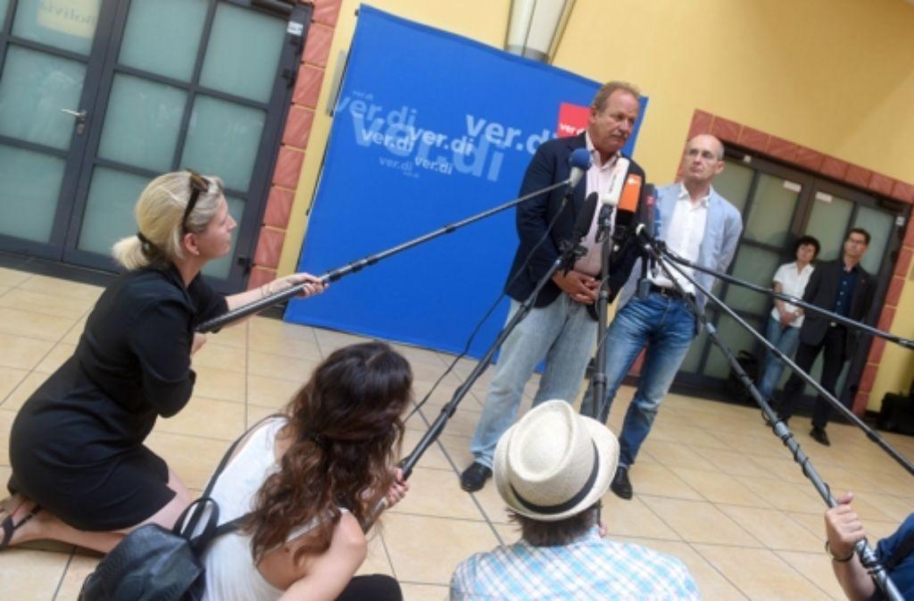 Der Verdi-Vorsitzende Frank Bsirske (Mitte) muss die Gewerkschaftshaltung nach der Streikdelegiertenkonferenz in Fulda verständlich machen. Foto: dpa