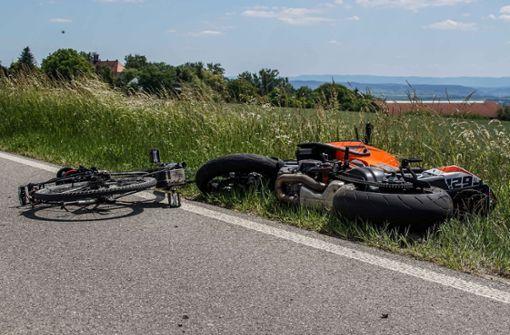 Motorradfahrer stößt auf  Fahrradfahrerin – Zwei Schwerverletzte
