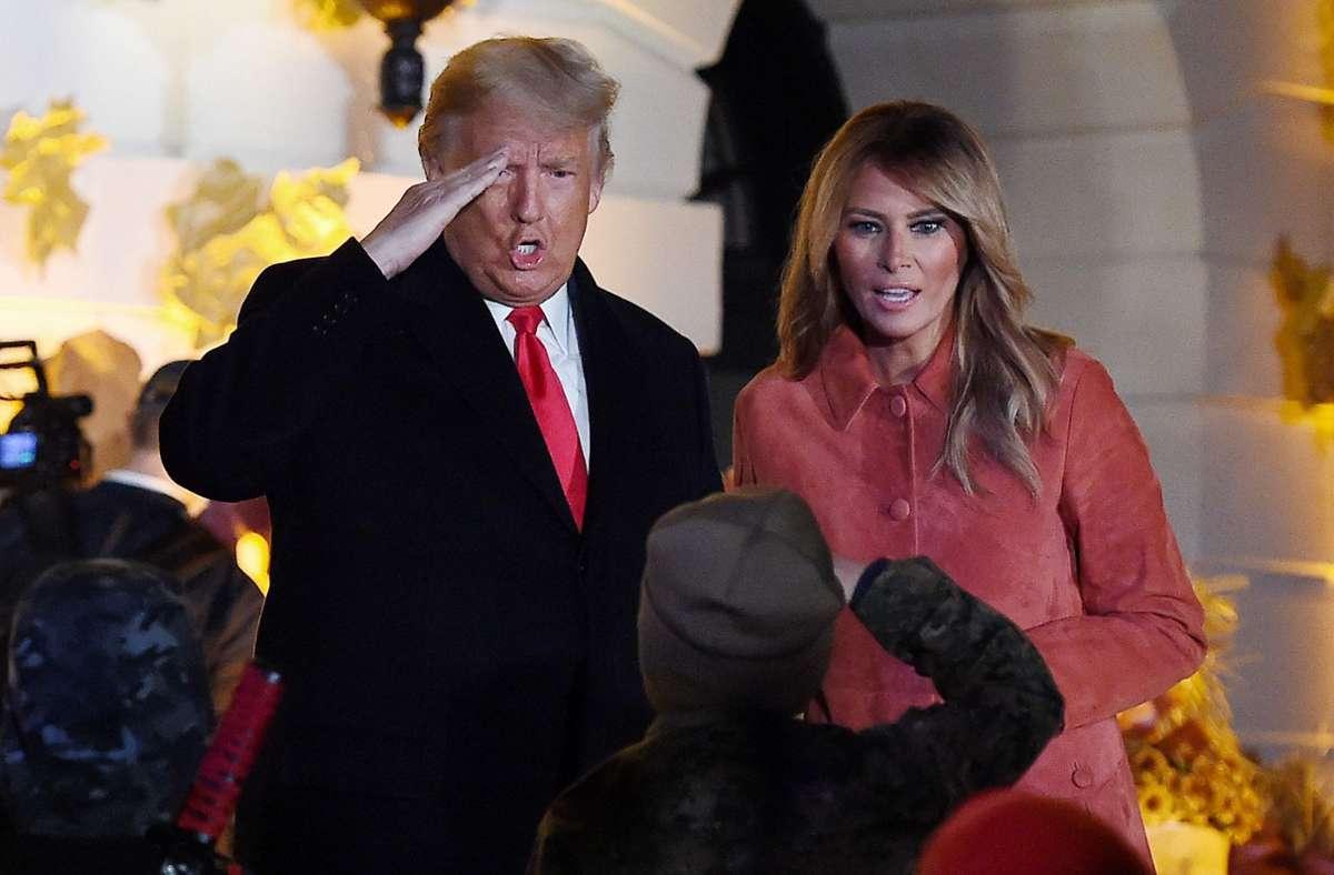 Trump begrüßt diesen Jungen auf militärische Art und Weise. Foto: AFP