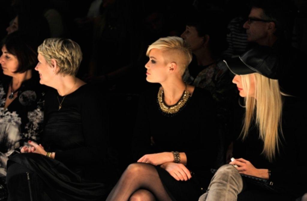 Dominique Rinderknecht (Mitte), die amtierende Miss Schweiz, sitzt bei den Mercedes Benz Fashion Days in Zürich in der ersten Reihe. Die Hingucker auf dem Laufsteg sehen Sie in unserer Bildergalerie! Foto: Getty Images Europe