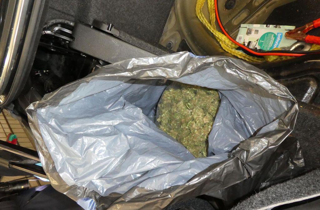 In dem Auto des Pärchens wurden unter anderem 479 Gramm Marihuana sichergestellt. Foto: Polizei