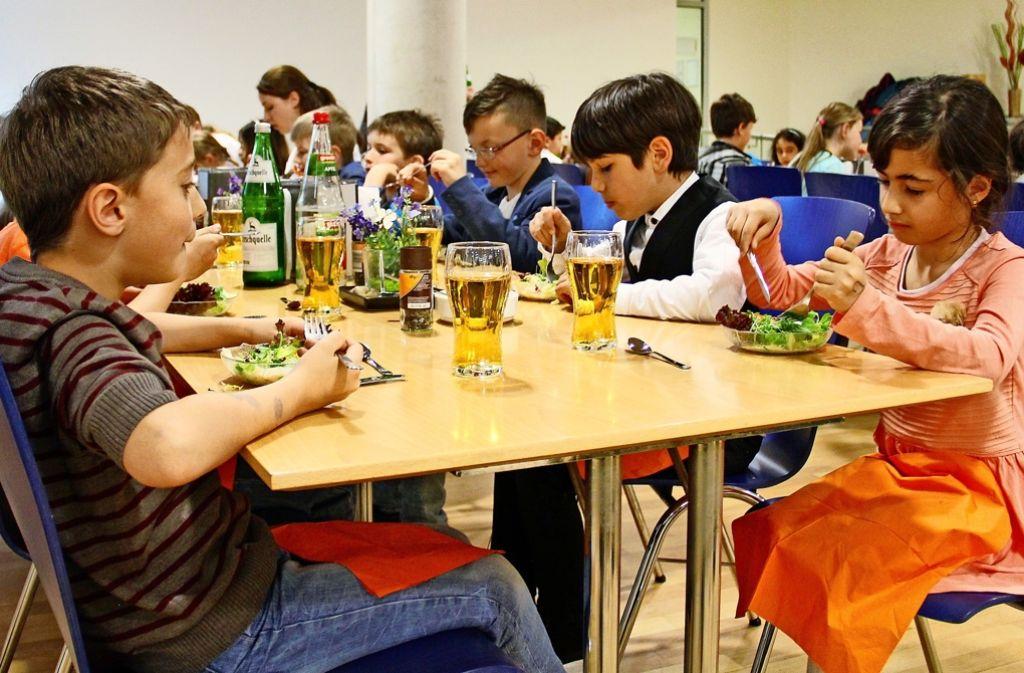 Einige der Erst- und Zweitklässler hatten sich für das gemeinsame Mittagsmahl in Schale geworfen. Foto: Martin Braun