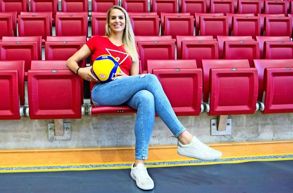 Kim Renkema fiebert bei jedem Spiel der Volleyballerinnen mit. Foto: Lichtgut/Oliver Willikonsky