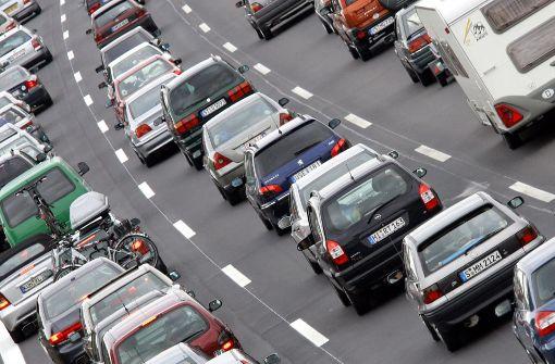 Unfall mit drei Lkw führt zu langem Stau