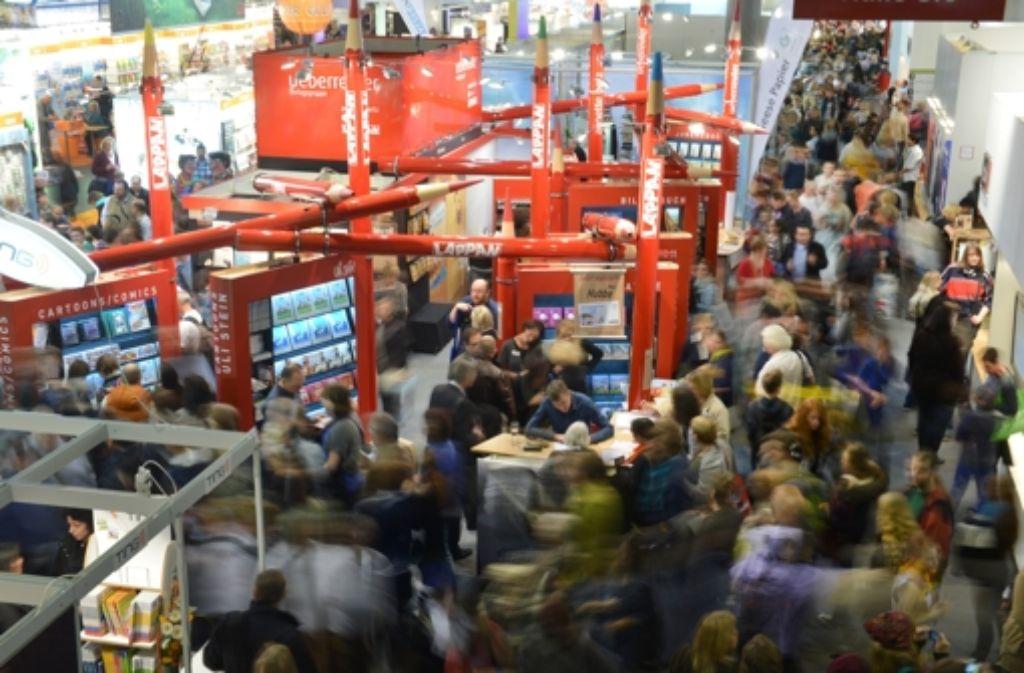 Die Frankfurter Buchmesse ist auch ein Besuchermagnet. Am Vorabend ihrer Eröffnung wird der Deutsche Buchpreis vergeben. Foto: dpa