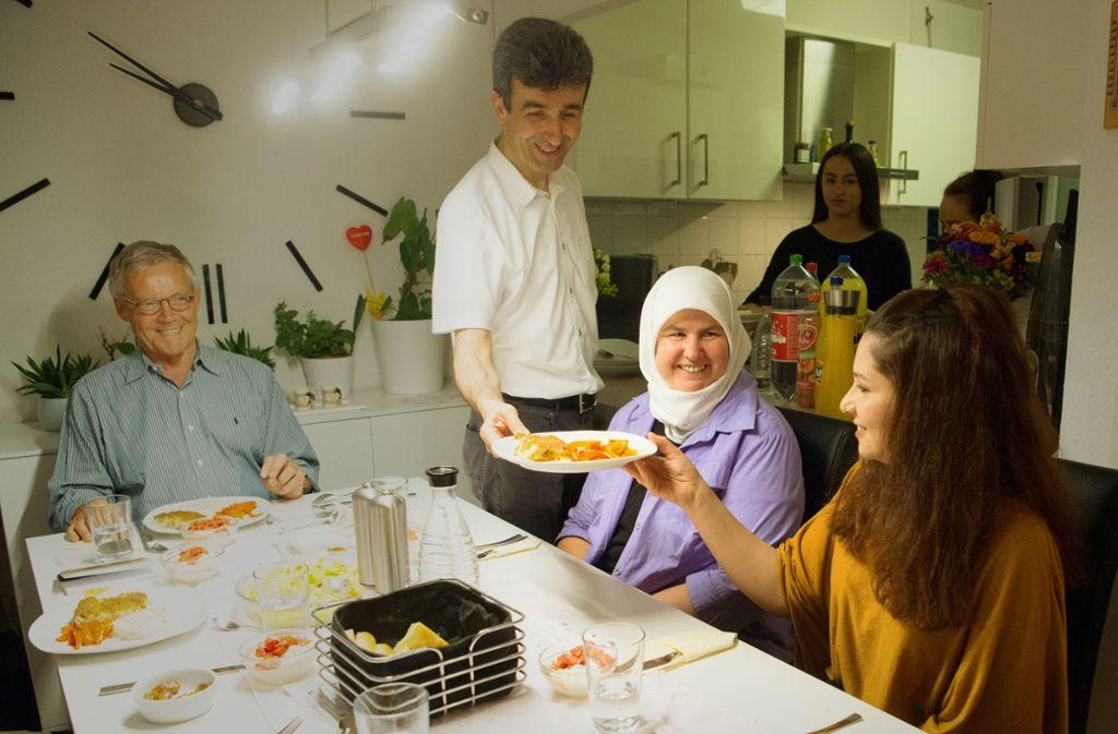 Familie Akin beim Essen Foto: Lichtgut-Oliver Willikonsky