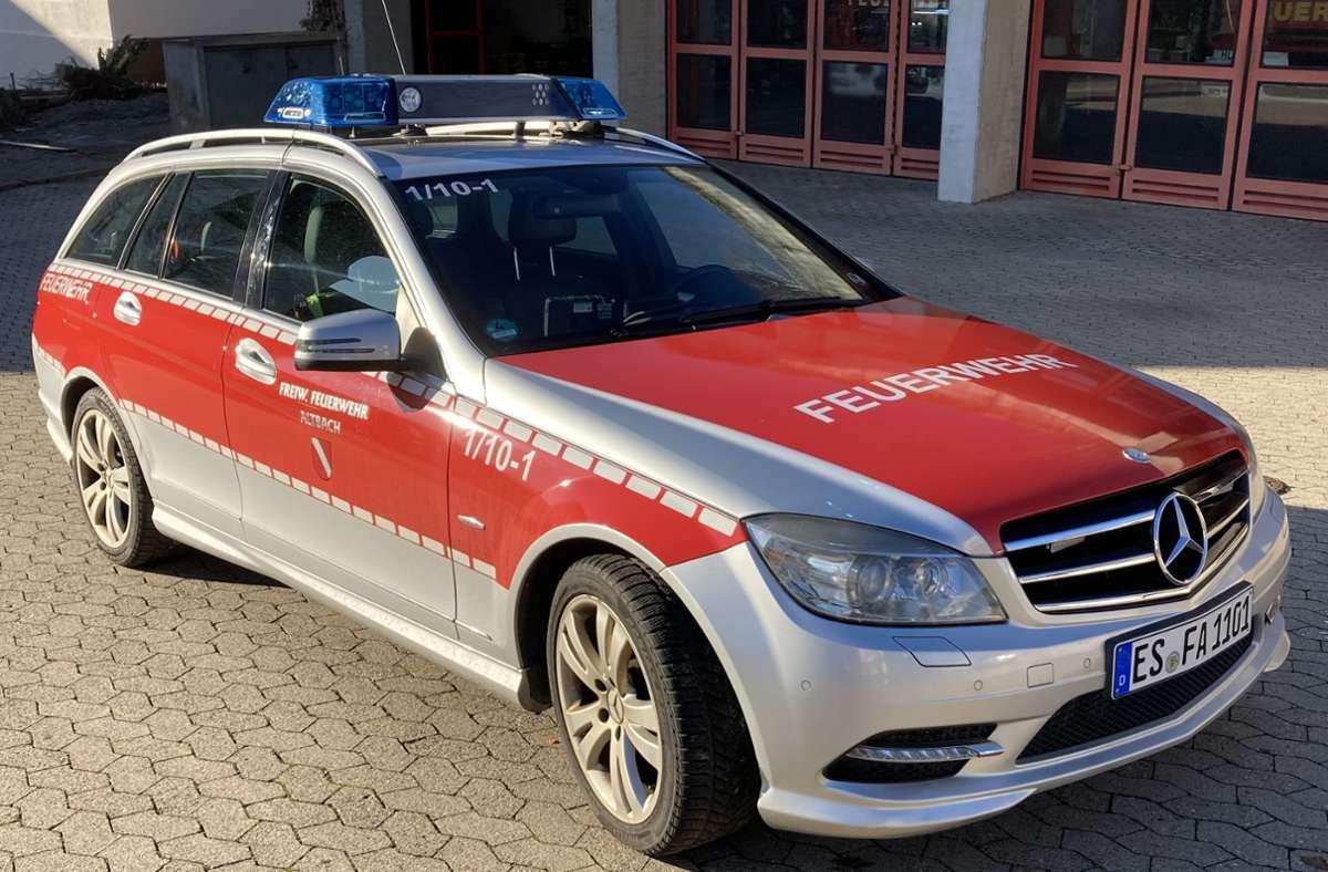 Mit ihrem neuen Kommandowagen, kurz KdoW, der so neu gar nicht mehr ist, hat sich die Altbacher Feuerwehr selbst ein Geschenk gemacht. Foto: FW Altbach/Schleith