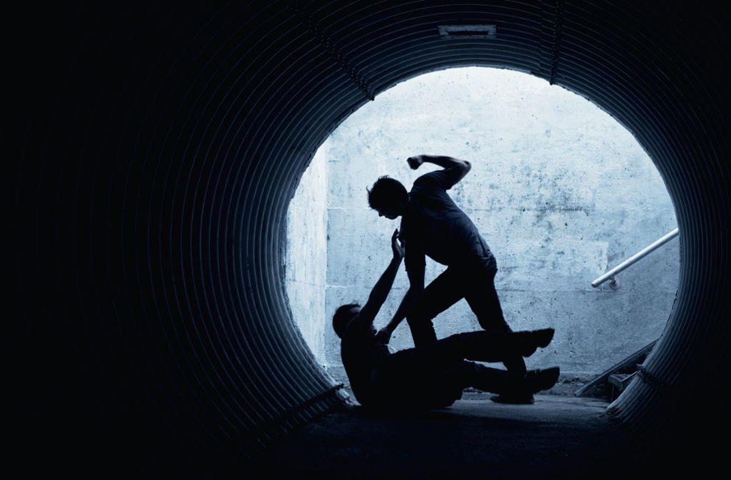 Ein unbekannte Täter verletzt den 19-Jährigen leicht. (Symbolbild) Foto: frenzelll - stock.adobe.com
