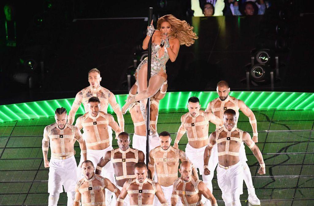 """Ein echter """"Wow-Auftritt"""": die Sängerin Jennifer Lopez lieferte eine spektakuläre Halbzeitshow beim Superbowl in Miami ab. Unterstützung hatte sie von der kolumbianischen Sängerin Shakira. Foto: AFP/ANGELA WEISS"""