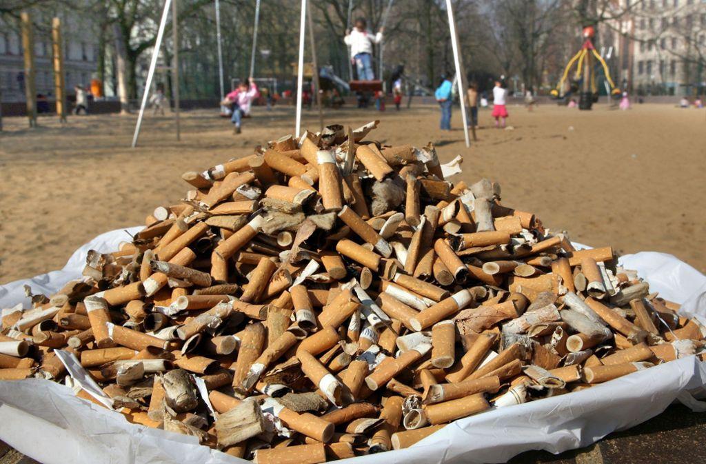 Zigaretten schädigen nicht nur die menschliche Gesundheit. Bereits ein Zigarettenstummel pro Liter Wasser reicht aus, um die Hälfte der darin schwimmenden Fische zu töten. Foto: dpa